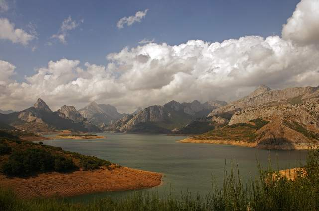 Picos Europa (Espacio Natural). Embalse de Rian¿o